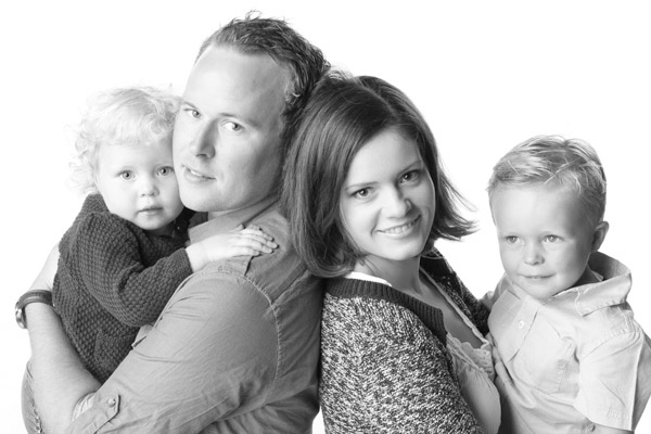 Småbarnsfamilie, mor,far, to barn.. Foto